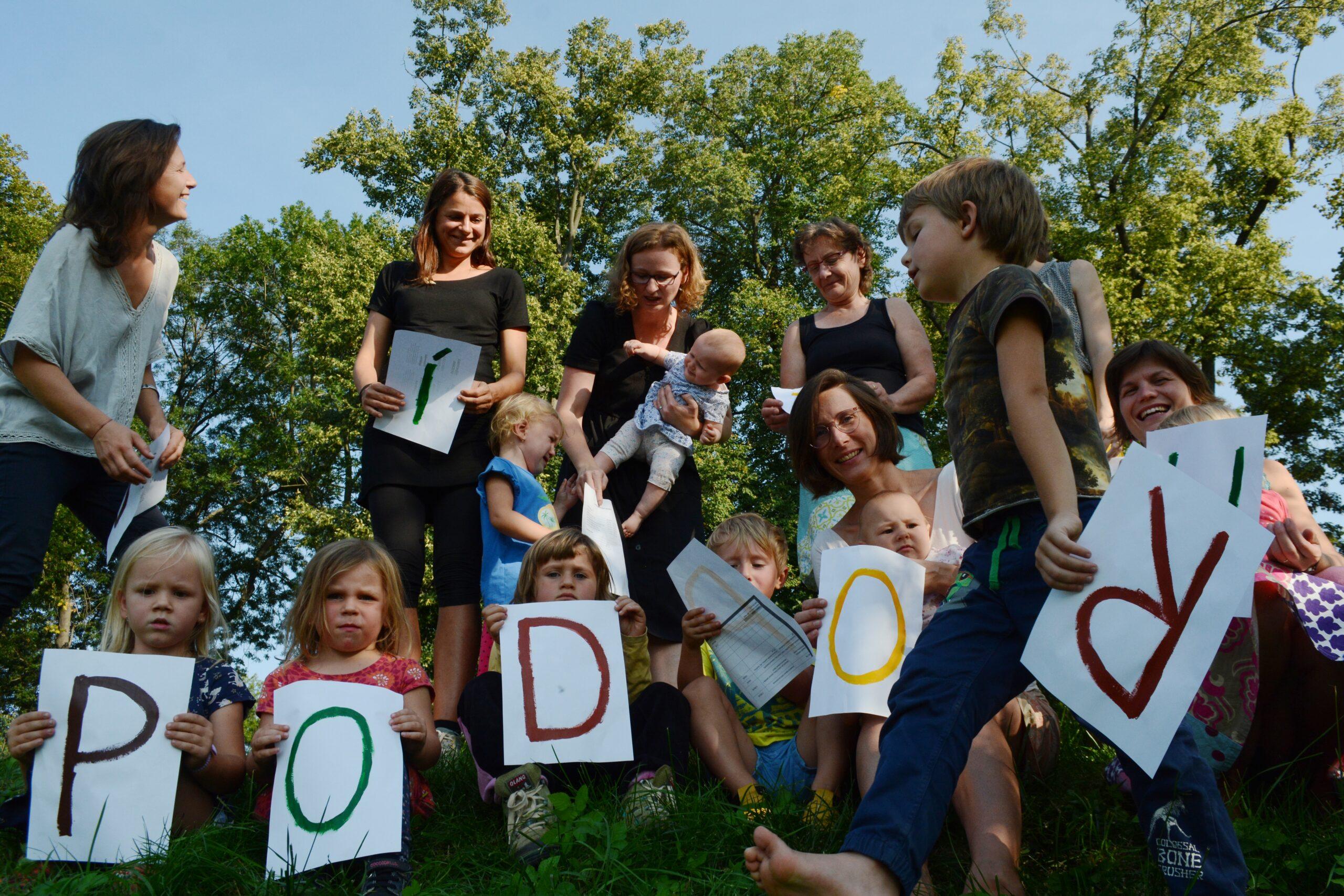 """Děti už nebaví držet nápis """"Díky za podporu"""", tak je fotka trochu rozbitá. O to působí autentičtěji."""